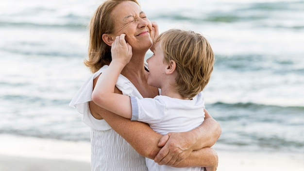 Смайлик бабушка с ребенком на руках