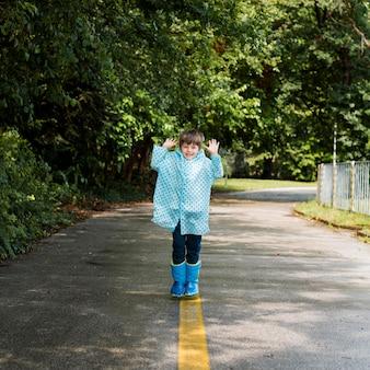 Faccina che indossa un cappotto di pioggia