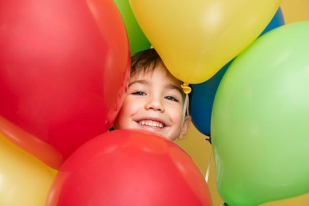 생일을 축 하하는 웃는 어린 소년