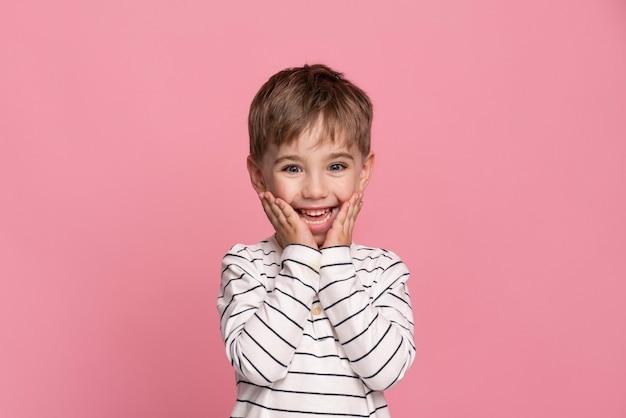 Смайлик маленький мальчик, изолированные на розовый