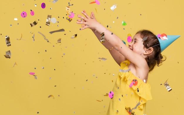 생일을 축 하하는 웃는 어린 소녀
