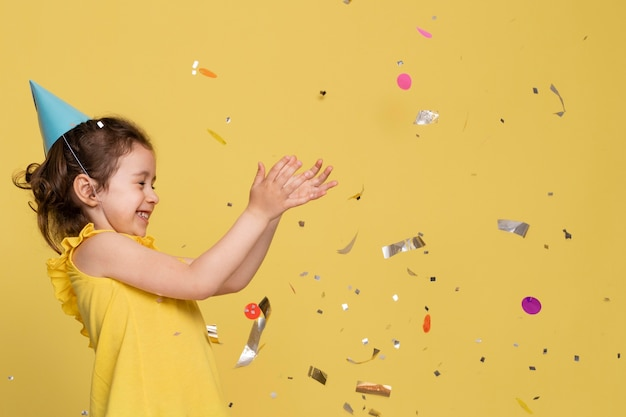 Bambina di smiley che celebra un compleanno