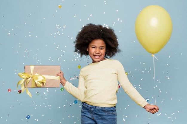 Bambina di smiley che celebra il suo compleanno Foto Gratuite