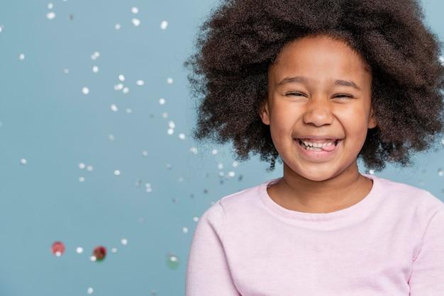 Bambina di smiley che celebra il suo compleanno
