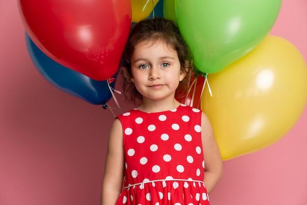 Смайлик маленькая девочка в красном платье празднует день рождения