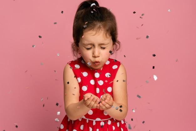 Смайлик маленькая девочка в красном платье