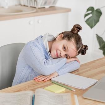 클래스 사이의 휴식을 취하는 웃는 어린 소녀