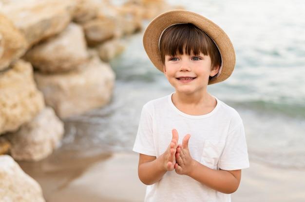 ビーチでスマイリー小さな子供