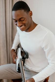 기타와 함께 웃는 남성 음악가