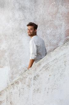 白いシャツの肖像画のスマイリー男性旅行者
