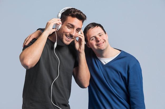 Faccina che ascolta la musica accanto all'amico