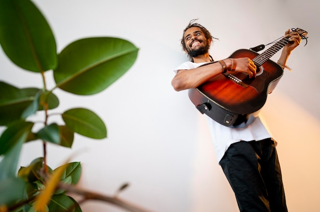 Uomo di smiley che gioca la chitarra con lo spazio della copia