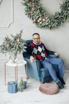 Смайлик мужчина позирует для новогоднего праздничного фото