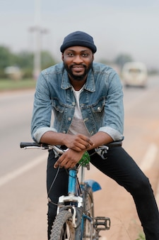 Smiley man posing with bicycle