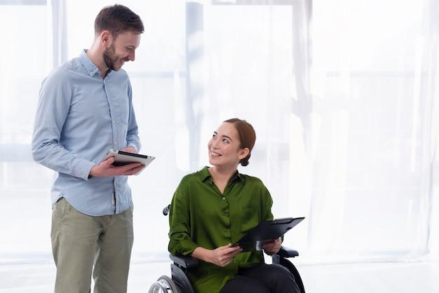 Conversazione dell'uomo e della donna di smiley