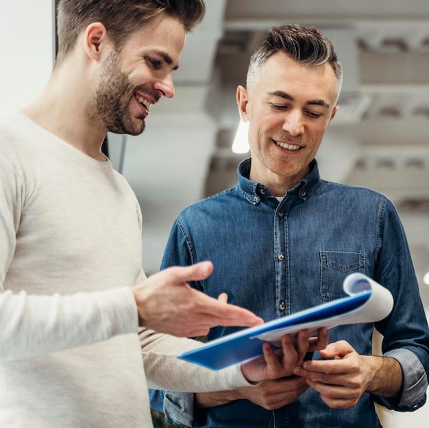 Uomini di smiley che discutono di un progetto