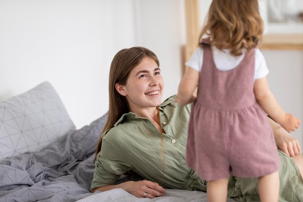 笑顔の母親が娘を見て
