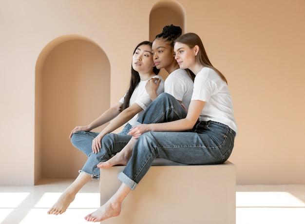 Смайлик мультикультурных женщин позирует в полный рост