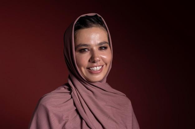 히잡을 쓰고 웃는 이슬람 여성