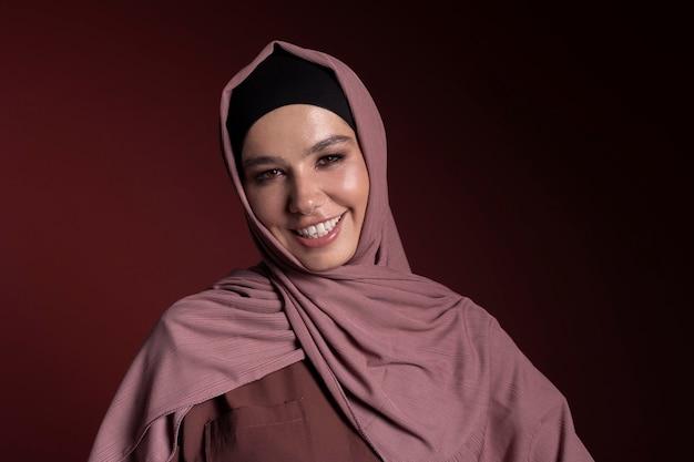 Donna musulmana sorridente che indossa un hijab