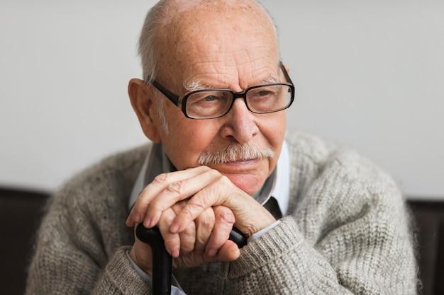 Смайлик старик в доме престарелых