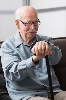 Uomo anziano sorridente in una casa di cura