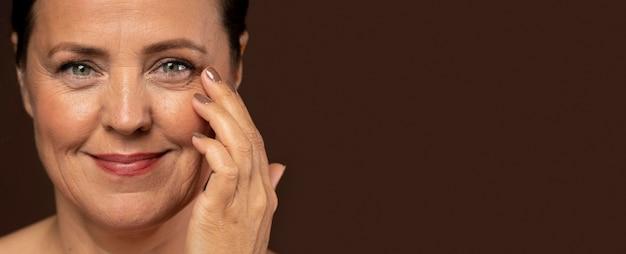 Смайлик пожилая женщина позирует с макияжем и копией пространства