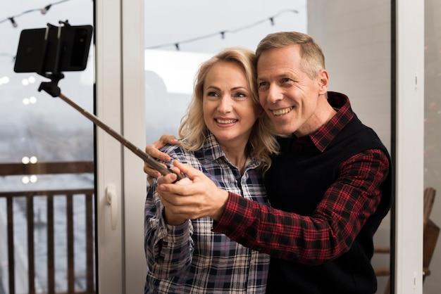 笑顔の親が自分撮りを撮る