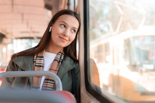 Passeggero sorridente guardando fuori dal finestrino di un tram