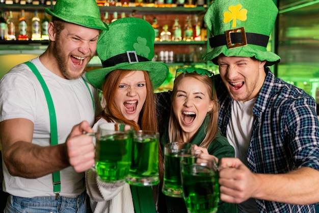 セントを祝うスマイリーの人々。バーでのパトリックの日