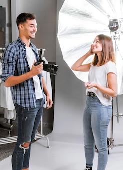 写真撮影の準備をしている笑顔の人々