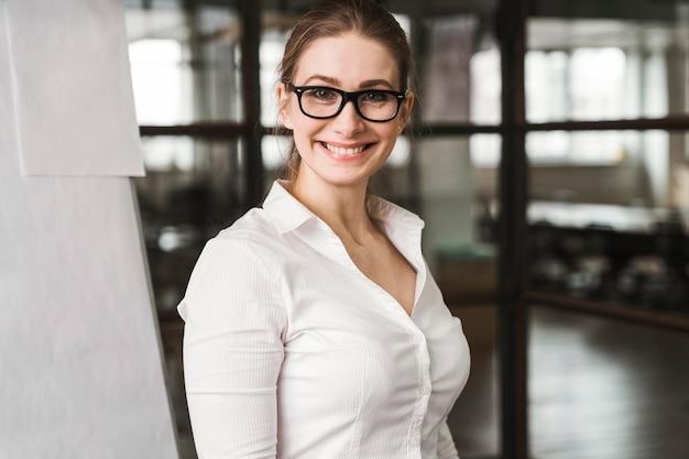 プレゼンテーション中に眼鏡をかけたスマイリープロの実業家