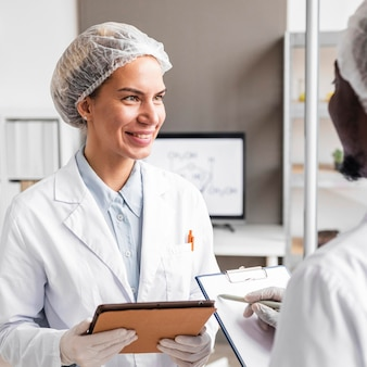 Ricercatori di smiley nel laboratorio di biotecnologia