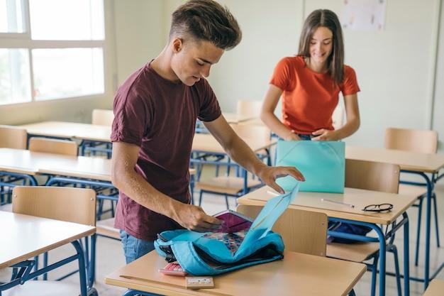 Smiley compagni di scuola che preparano i loro materiali