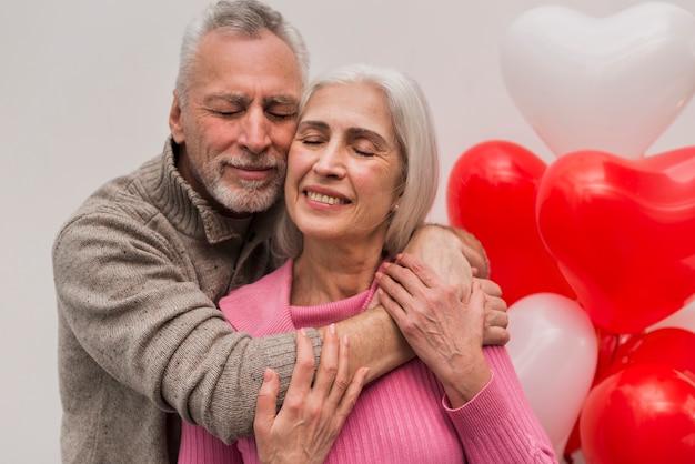 Улыбающаяся пара старших обниматься