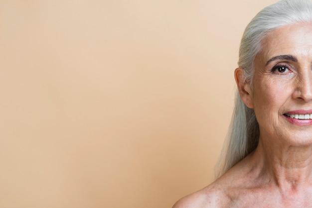 コピースペースでスマイリー年配の女性
