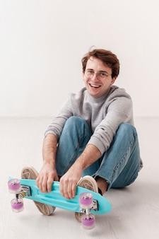 Смайлик-подросток со скейтбордом