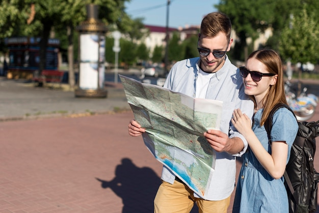 Смайлик туристическая пара, глядя на карту вместе