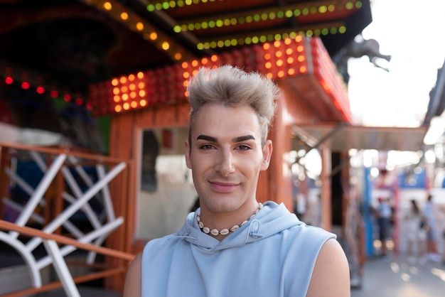 Transgender sorridente al parco divertimenti