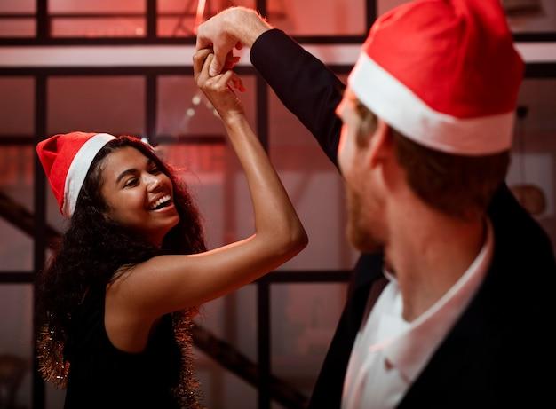 大晦日のパーティーで踊るスマイリーの女性と男性