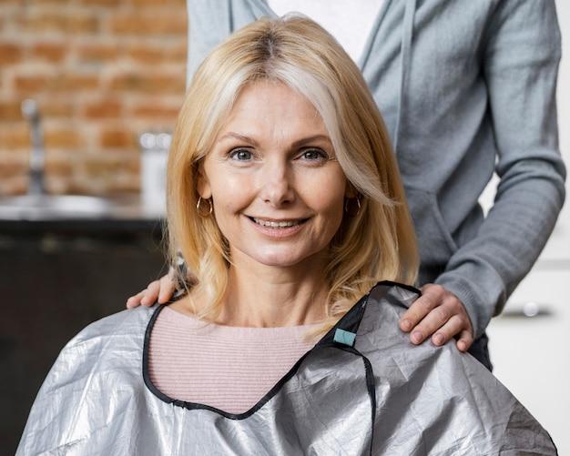 散髪の準備をしている自宅でスマイリー女性