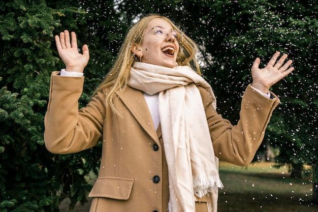 Смайлик женщина в парке зимой