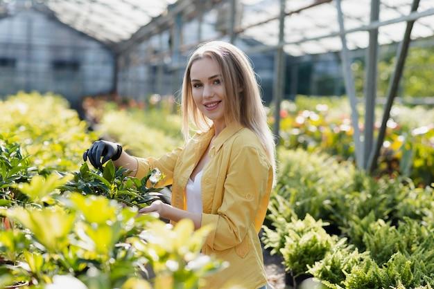 植物の世話をするスマイリー女性