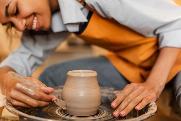 Donna sorridente che fa ceramiche