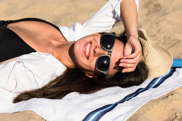 Смайлик женщина загорает на пляже
