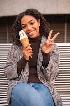 Смайлик женщина с мороженым на открытом воздухе
