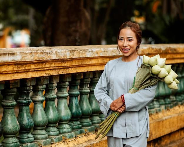 성전에서 꽃의 꽃다발을 들고 웃는 여자