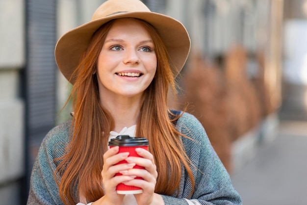 Смайлик женщина держит чашку кофе