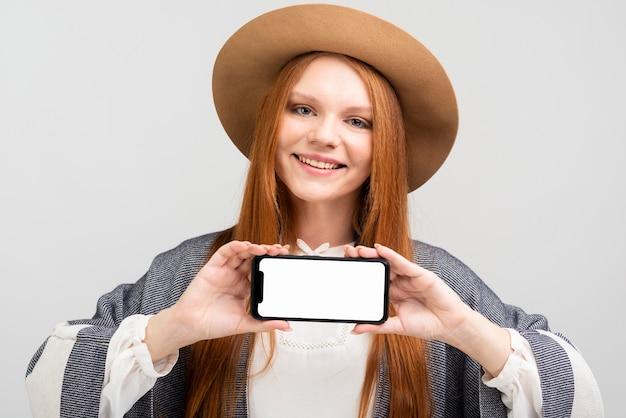 スマートフォンを保持しているスマイリー女性