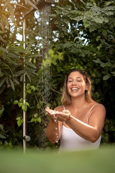 자연 미디엄 샷에서 웃는 여자